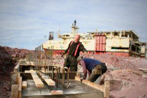 Kåre Eikeland og Asmerom Kafel jobber med å fjerne forskalingen.