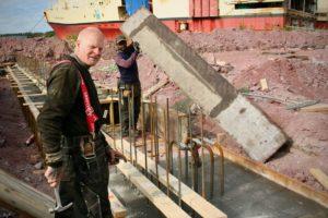 Kåre Eikeland og Asmerom Kafel får snart selskap av flere kolleger fra Lista Bygg på byggeplassen.