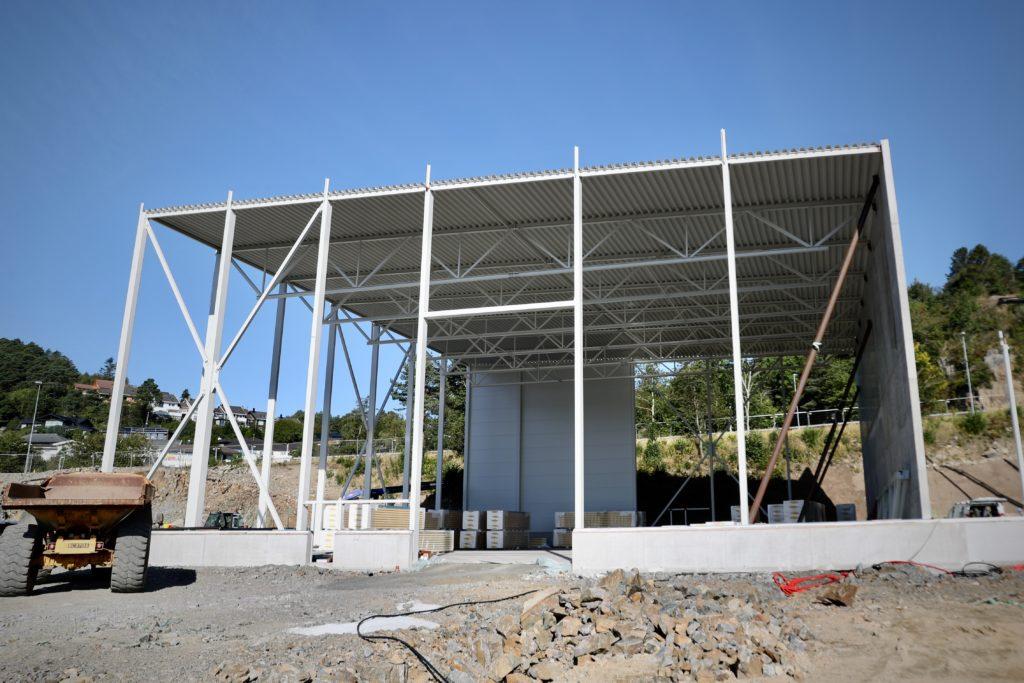 Tak, stålkonstruksjon og brannvegg er på plass i det første av to lagerbyggene.