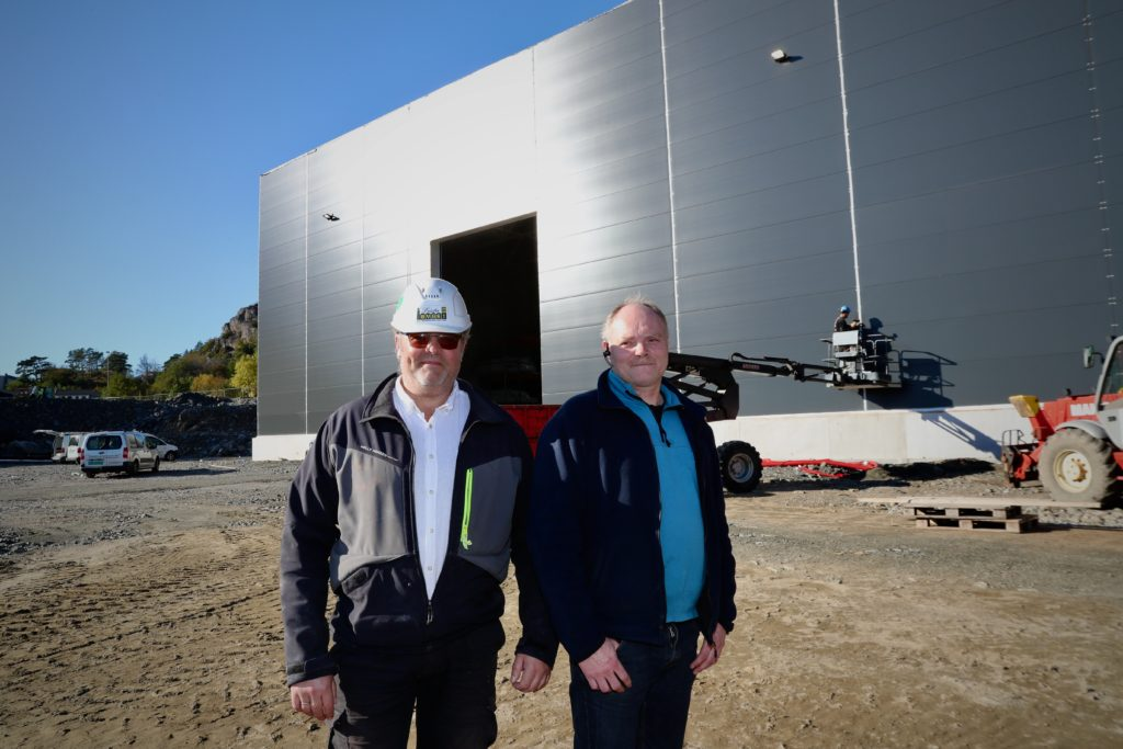 Daglig leder i Lista Bygg, Jan Richard Johannessen, og daglig leder Lasse Engesæth i Marin Elektro foran båthotellet.