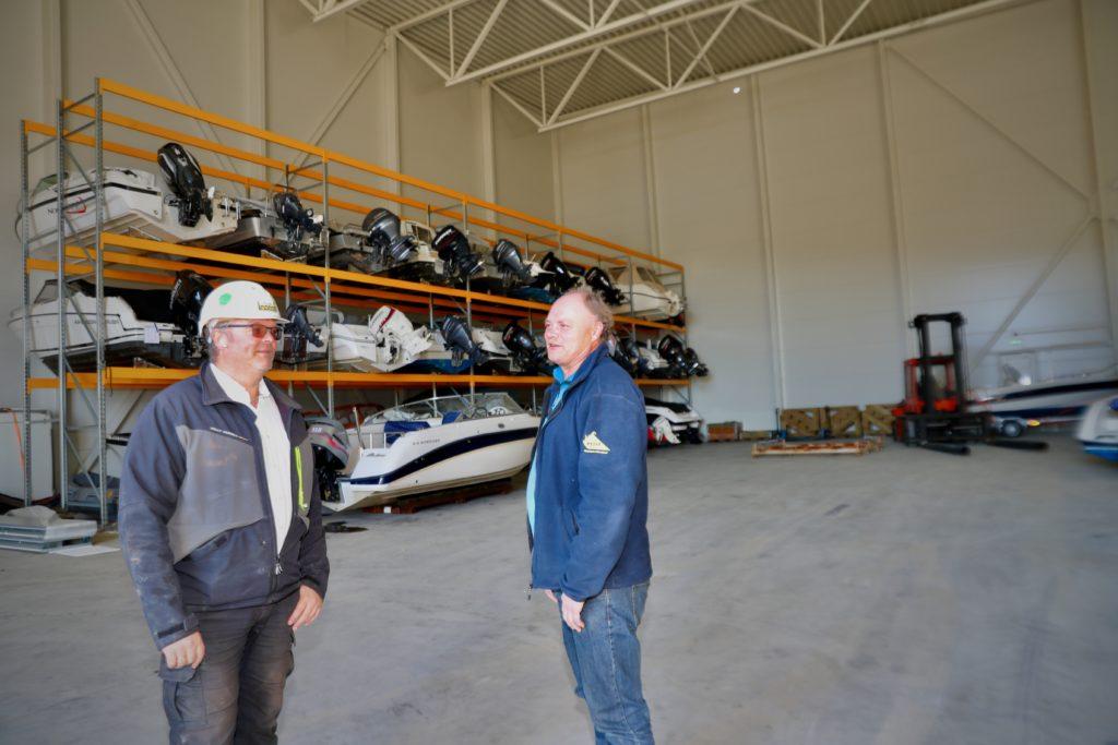 Daglig leder i Lista Bygg, Jan Richard Johannessen, inspiser den første av de to lagerhallene sammen med oppdragsgiver, daglig leder Lasse Engesæth i Marin Elektro.