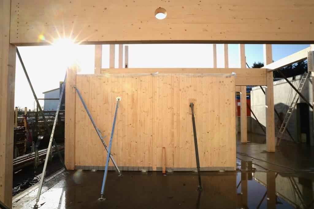 Når massivtre produseres, legges flere lag med planker sammen og forbindes til hverandre med lim, spiker eller treplugger.