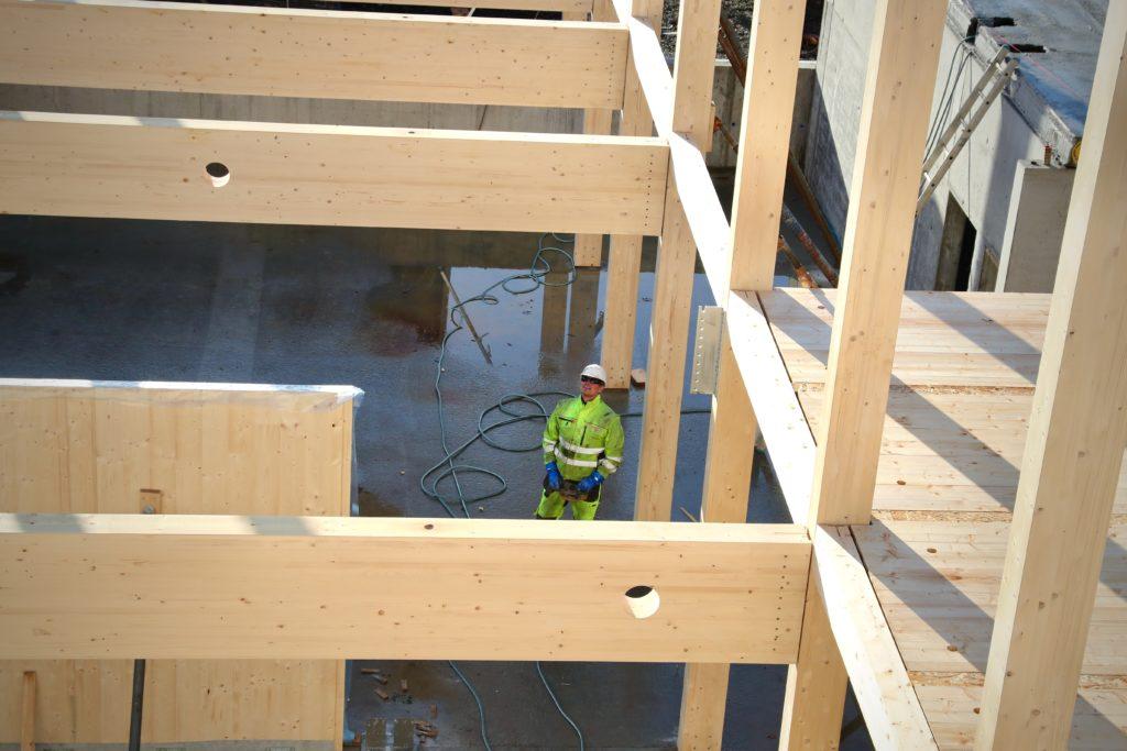 Bjelker, dragere og veggskiver er foreløpig montert. Snart skal etasjeskillere og taket på plass.