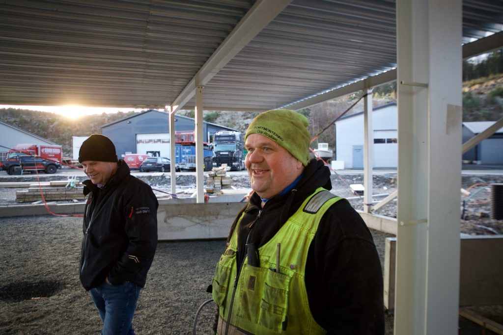 Formann Ove Rosåsen viser Øyvind Ore fra Karlsborg Eiendom AS status på byggeprosjektet.