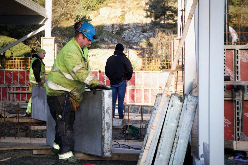 Lista Bygg har fire mann i aksjon på byggeplassen.