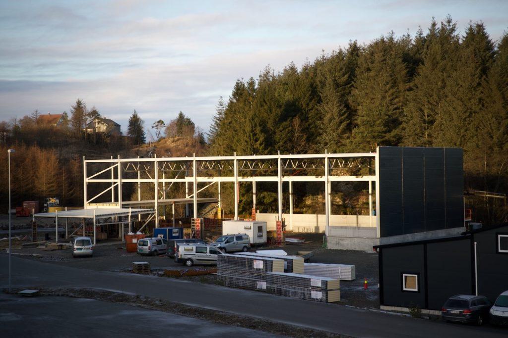 Det nye industribygget ligger innerst i Røssevika, bak Vanse Autoservice.