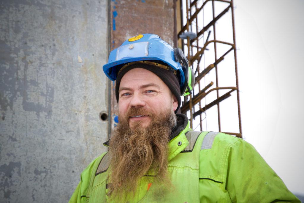 John Inge Johnsen er nordlending og vant med kalde vintre. Men kulda gjør bygningsarbeidet mer krevende.