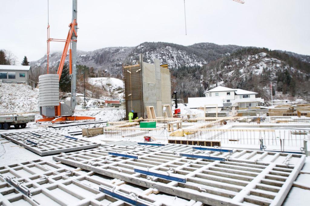 Det jobbes nå med sjakt og første etasje på den snøkledte byggeplassen.