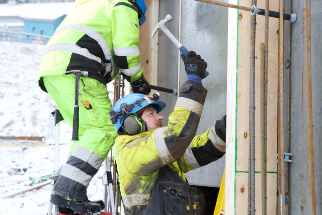 Kenneth Hovestøl (t.h.) og Geir Martinsen jobber med inngangen til trappesjakten.